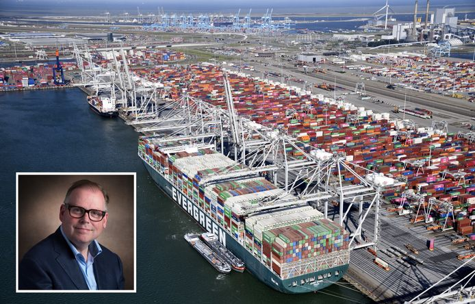 """De Rotterdamse haven in beeld met een van de Evergreen-reuzen aan de kade. Bart Kuipers: ,,De fascinatie voor dat soort schepen is bij mij heel erg groot."""""""