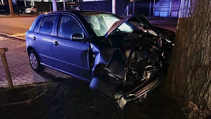Ook de personenwagen raakte zwaar beschadigd.