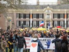 Corona-demonstranten onverwacht enthousiast over de politie: 'Een voorbeeld voor de collega's in het land'