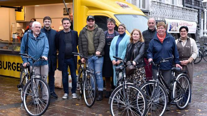 Marktkramers delen vier fietsen uit aan trouwe bezoekers