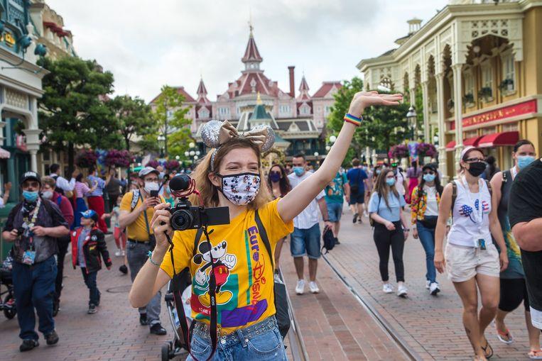 Bezoekers in Disneyland Parijs.  Beeld EPA