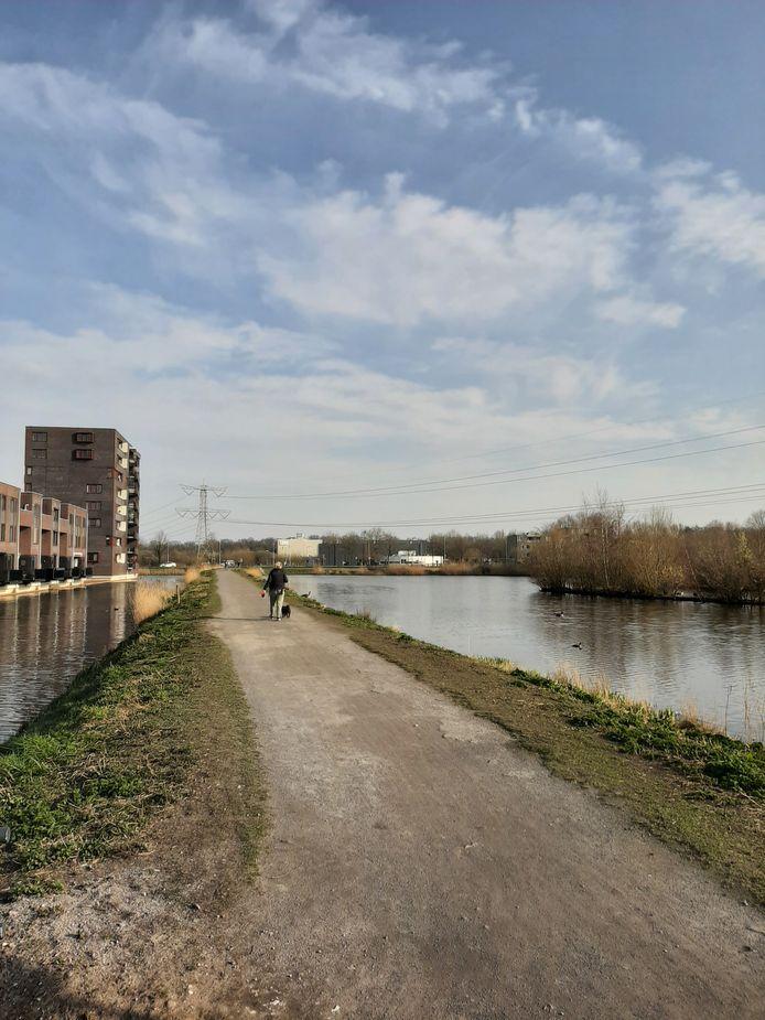 De dijk langs de Waterweegbree in de Haagse Beemden in Breda. Een wijkbewoonster hoopt dat er bankjes komen, zodat passanten er even kunnen neerstrijken om te genieten van het water en de natuur.