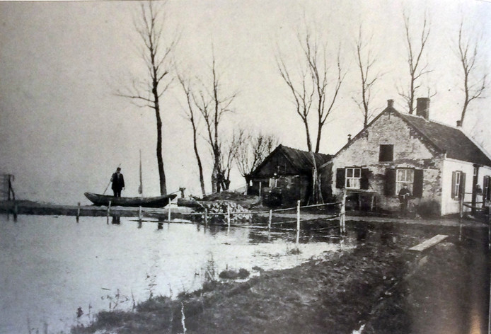 De Oijense Hut, begin 1900 met veerman Jan van de Kaay.