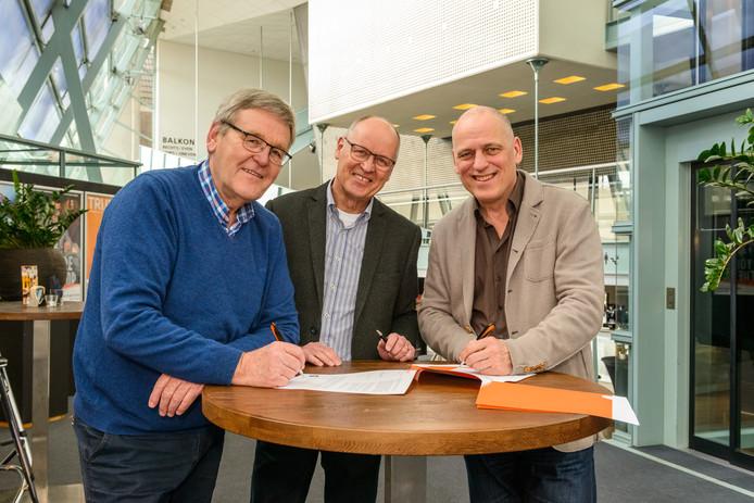 Het contract werd ondertekend door voorzitter Eugène van Hoorn (links) penningmeester Hans Schepers (midden) en Jan Wouda, directeur Markant. Foto's Willem Kuijpers
