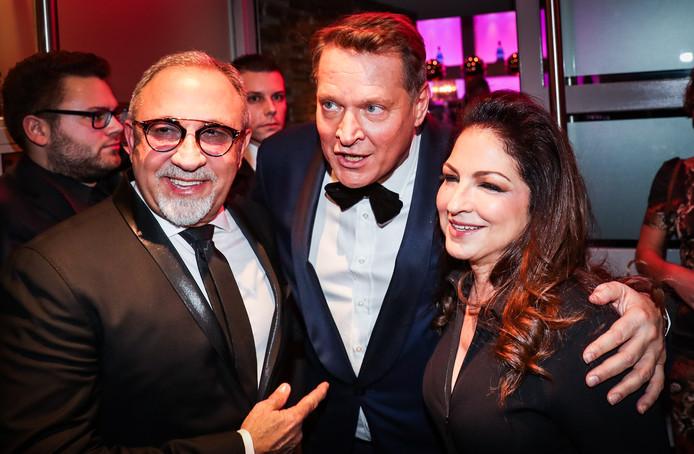Emilio en Gloria Estefan met Albert Verlinde op de rode loper van het Musical Awards Gala.