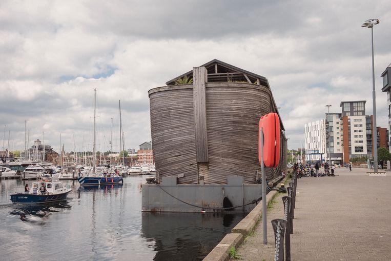 De reusachtige nederlandse replica van de Ark van Noach in de haven van Ipswich. Beeld Carlotta Cardana