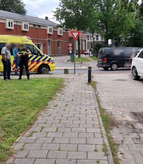 Fietser loopt bloedende hoofdwond op door aanrijding auto in Wageningen