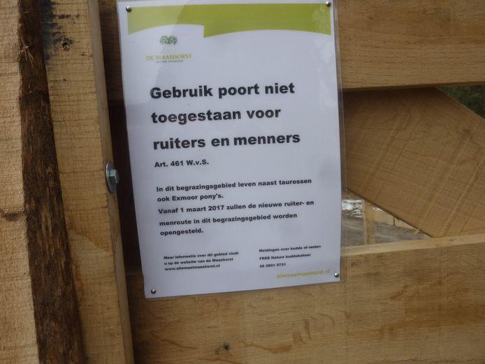 Een mededeling op het hek geeft aan dat de nieuwe ruiterroutes per 1 maart beschikbaar zijn.