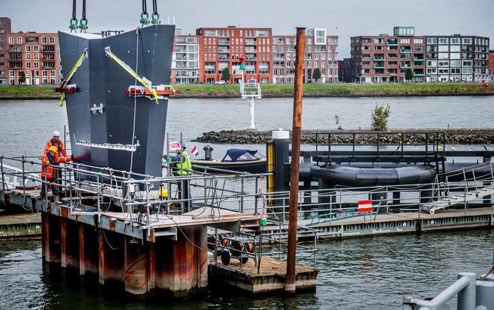 Drie betonnen pijlers worden in het Wantij geplaatst voor de prins Claus Brug, die tussen Stadswerven en de binnenstad van Dordrecht wordt gebouwd. De vierde, grootste sokkel wordt in het werk gestort.
