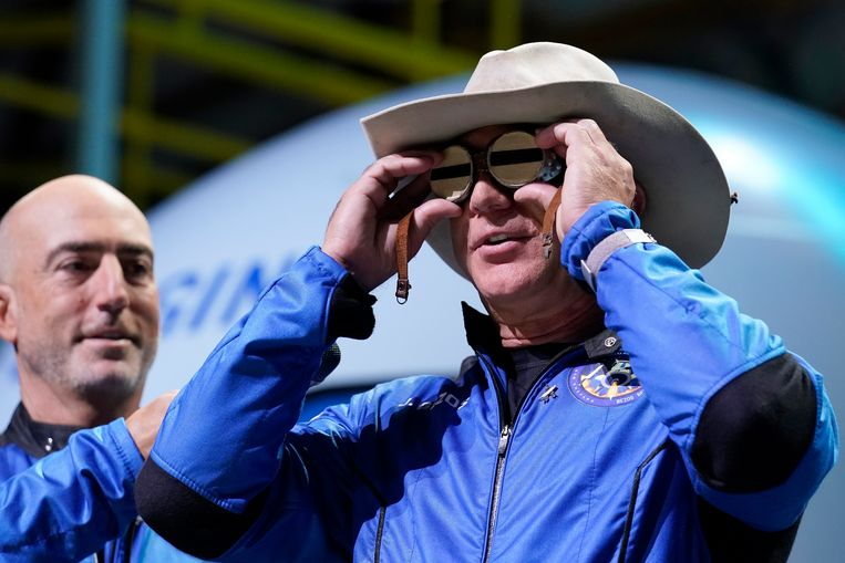 Jeff Bezos houdt een bril voor zijn ogen die ooit vliegpionier Amelia Mary Earhart toebehoorde.  Beeld AP