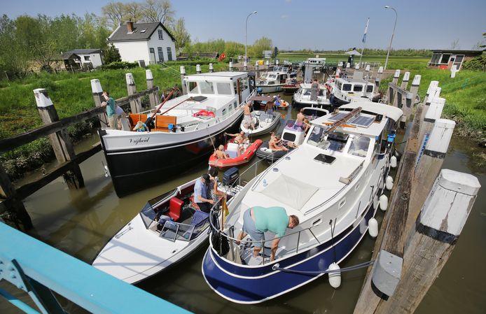 Drukte in de Ottersluis in Dordrecht. Staatsbosbeheer wil voorkomen dat het te druk wordt in de Biesbosch, maar watersporters zien hun vaartochtjes in het gedrang komen.