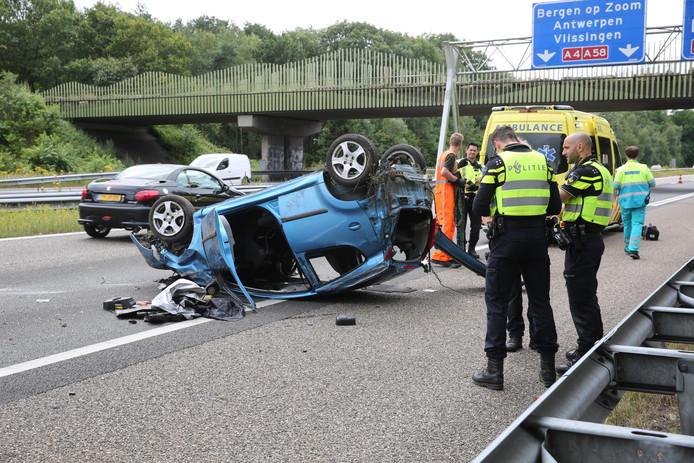 De auto sloeg door onbekende oorzaak op de kop.