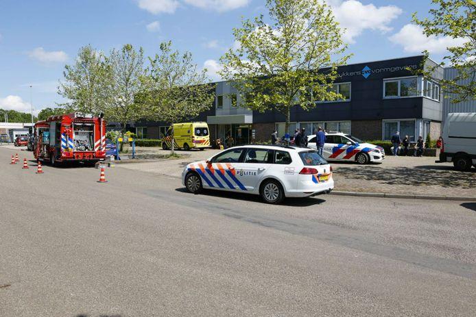 Hulpdiensten bij de drukkerij aan de Niels Bohrstraat in Ede na het bedrijfsongeval.
