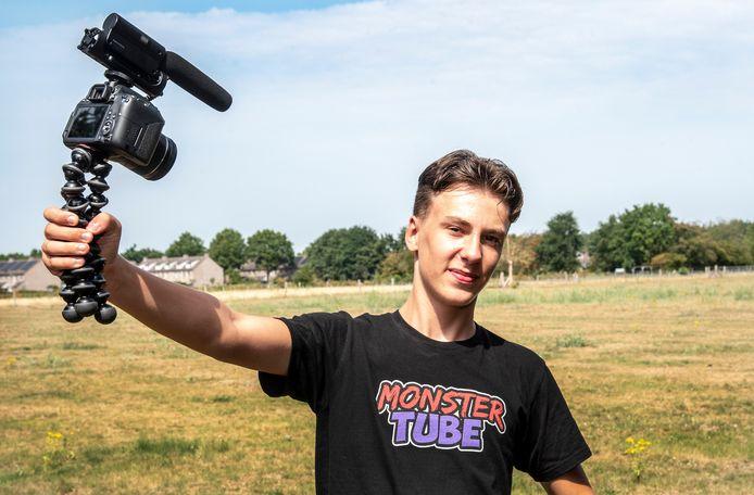 Vlogger Doran Fleuren (16) in het weiland achter zijn huis in Malden waar op 22 augustus een examenfeest zou worden gehouden. De gemeente Heumen zette er een streep doorheen nadat bekend werd dat Fleuren 5.000 aanmeldingen had gekregen.