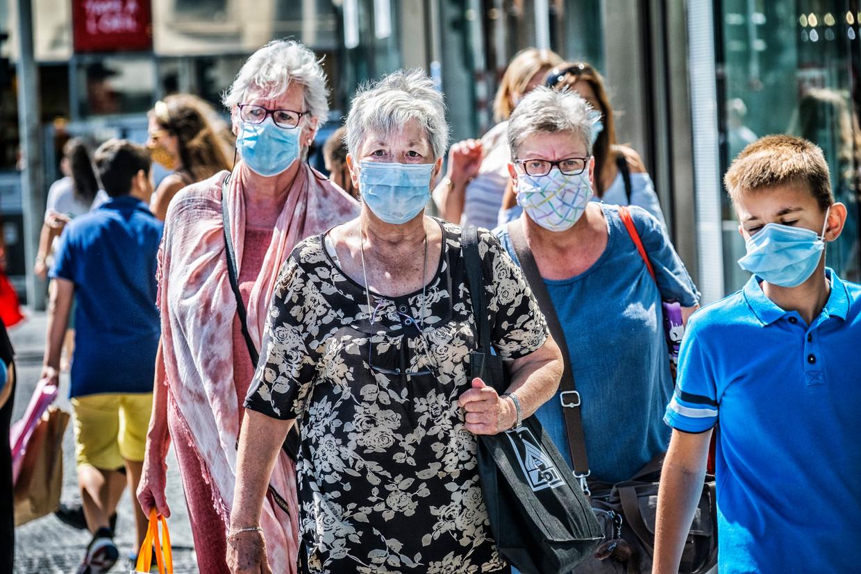Mensen winkelen in de Nieuwstraat in Brussel, waar een algemene mondmaskerplicht geldt. Beeld Tim Dirven