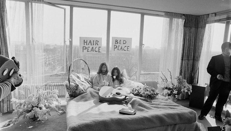 John Lennon en Yoko Ono in het bed Beeld ANP