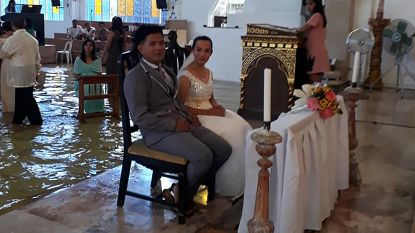 Kerk overstroomd of niet, dit bruidspaar laat zich niet afschrikken