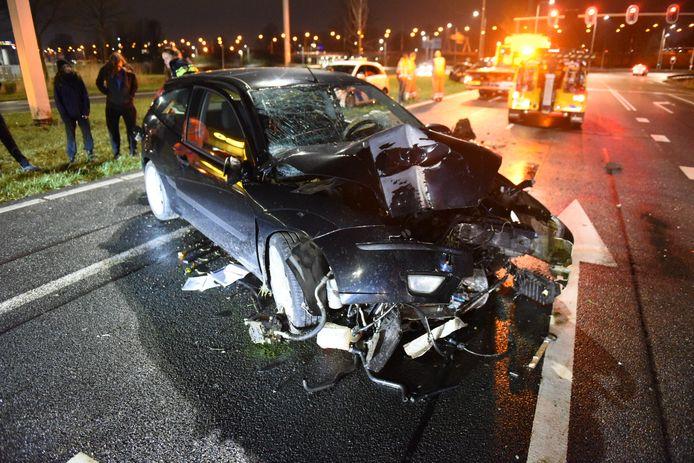 De auto is zwaar beschadigd bij de crash.