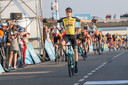 Timo Roosen komt in 2017 als eerste aan op Neeltje Jans in de Tacx Pro Classic. Links, onder zijn arm, sprint Taco van der Hoorn (oranje shirt) naar de tweede plaats. Gisteren was Van der Hoorn de prooi die niet gepakt werd.