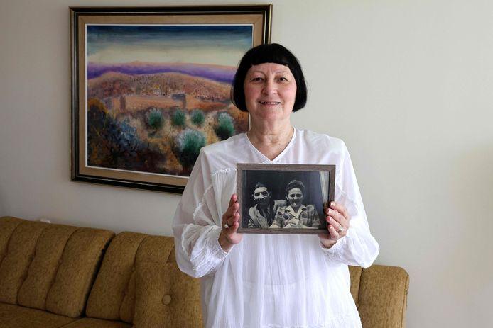 Shoshana Greenberg, dochter van Holocaustoverlevende, met een foto van haar ouders