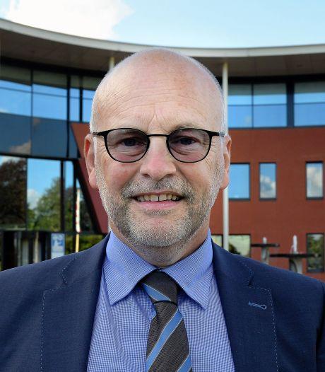 Wethouder Jan Mollen draagt in Halderberge een goedgevulde schatkist over