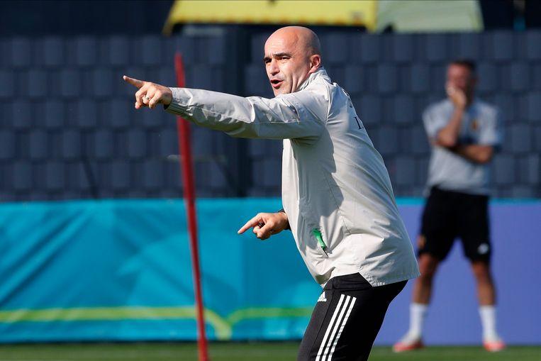Bondscoach Roberto Martínez geeft vol passie aanwijzingen tijdens de training in het basiskamp in Tubeke. Beeld Photo News