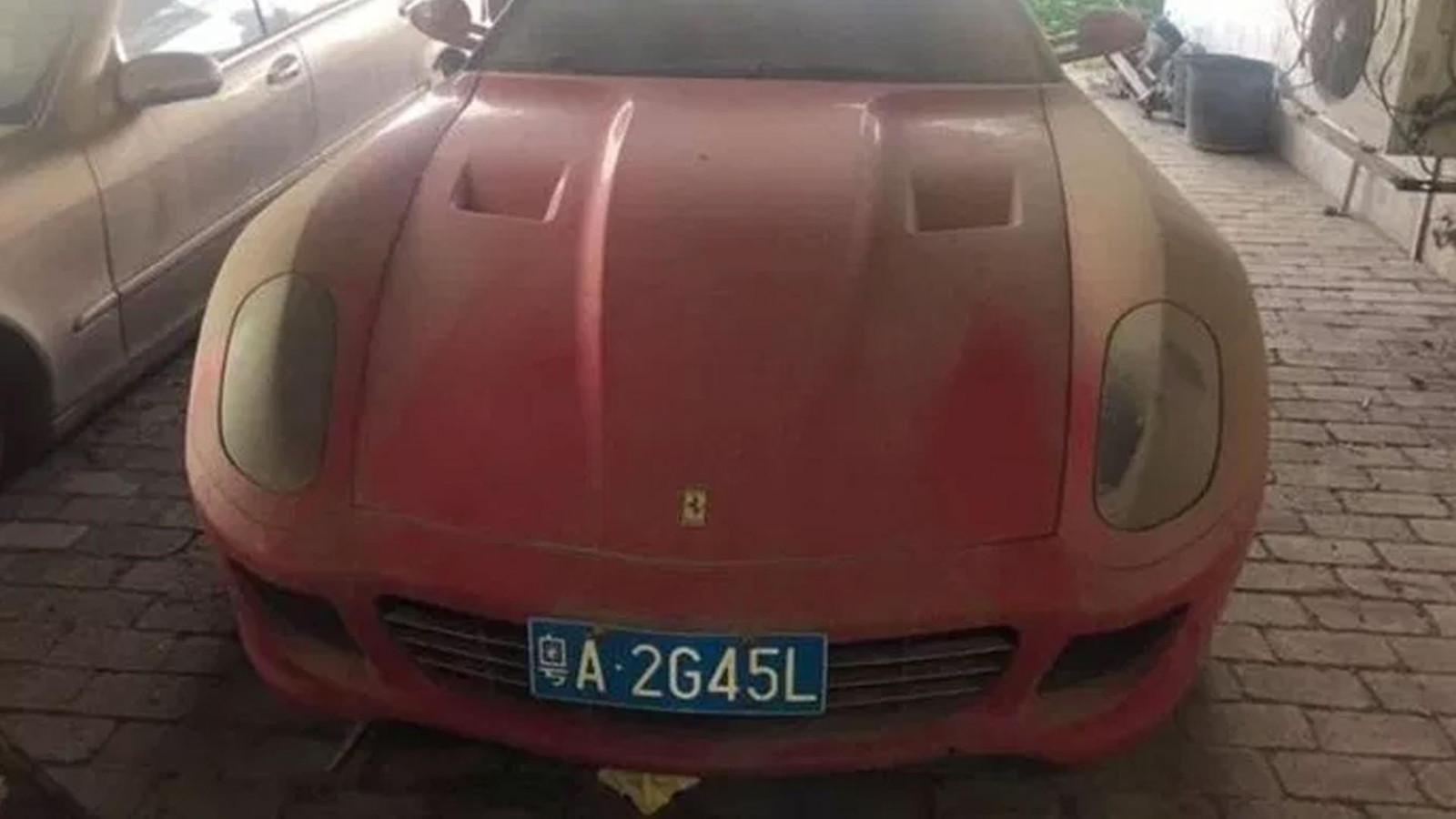De stoffige Ferrari 599.