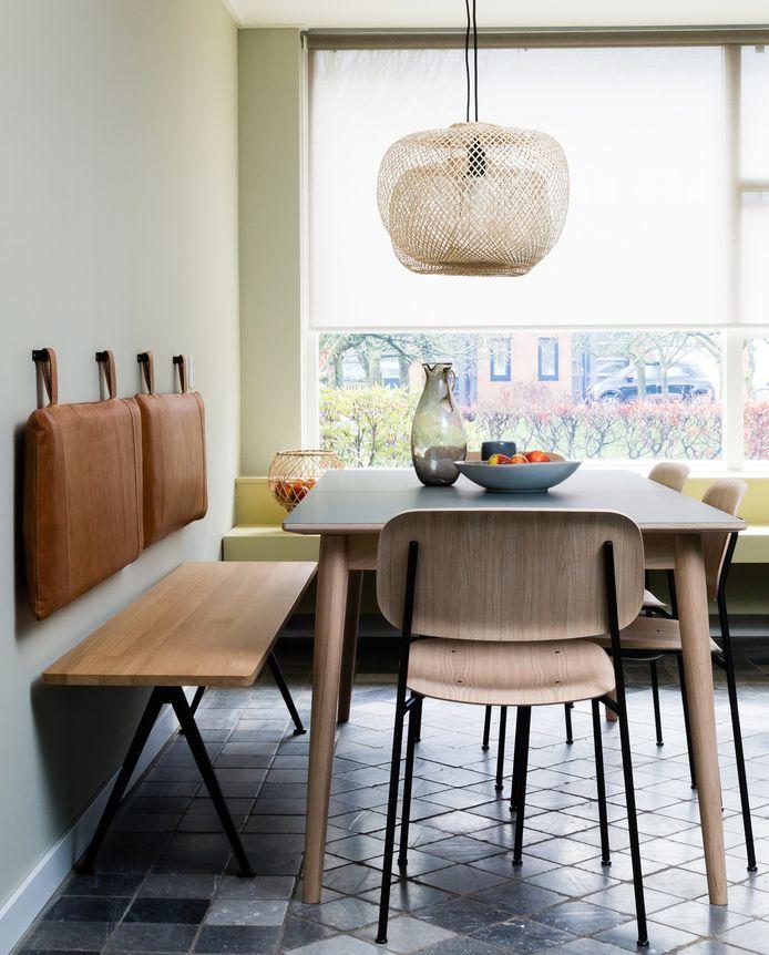 In de keuken is veel zitruimte gecreëerd om met grote grotepen samen te zijn. In de erker ook een zitgedeelte op maat. Styling Fietje Bruijn.