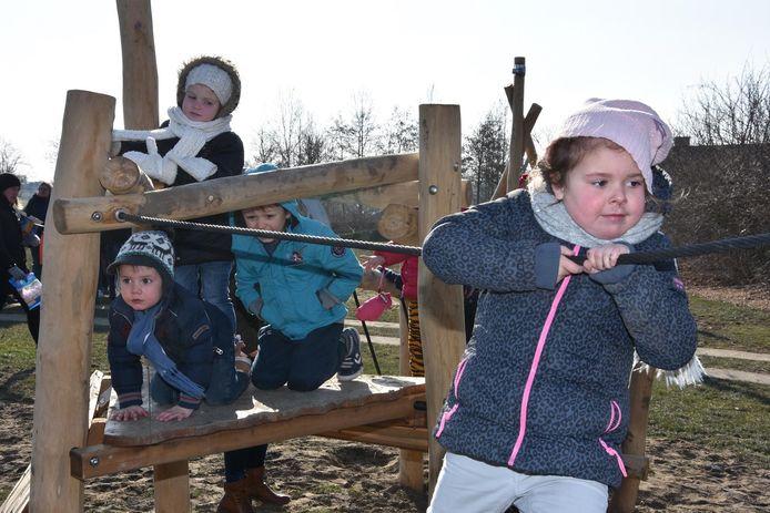 Aan jeugdhuis De Wortel is woensdagnamiddag een nieuw speelplein geopend.