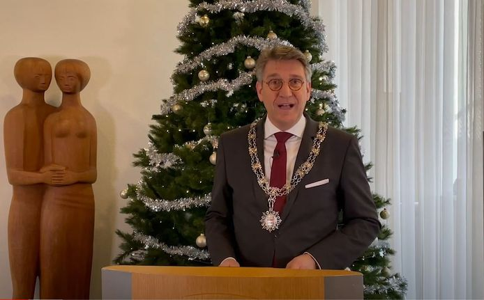 Still uit de nieuwjaarstoespraak van Wim Hillenaar.