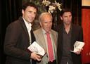 Het boek van Harry van Raaij (midden) in handen van Mark van Bommel (l) en Luc Nilis.
