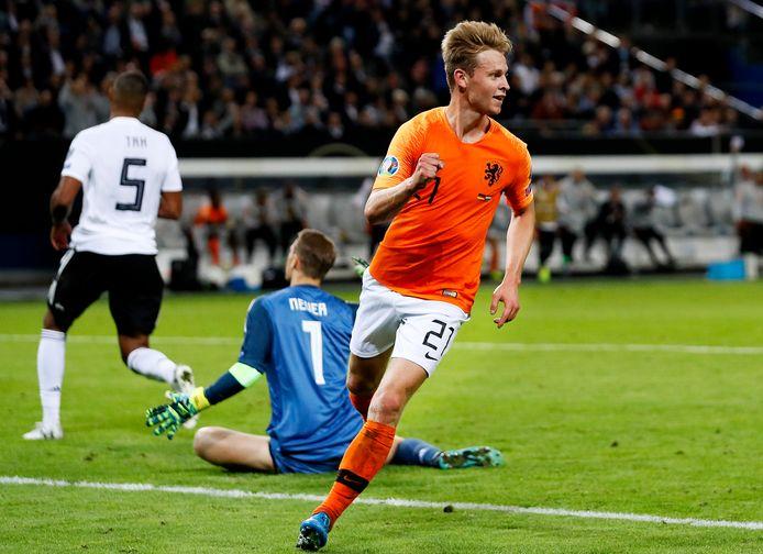 Frenkie de Jong juicht na zijn eerste goal voor Oranje en laat Manuel Neuer en Jonathan Tah van Duitsland in vertwijfeling achter.