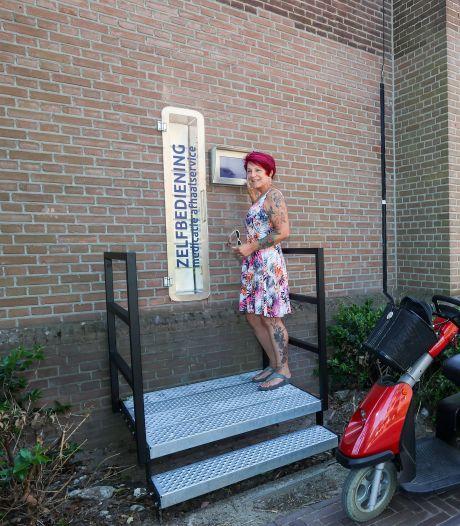 Trapje bij medicijnenophaalpunt in Best zorgt voor discussie: 'Met een rolstoel of rollator kun je er niet bij'