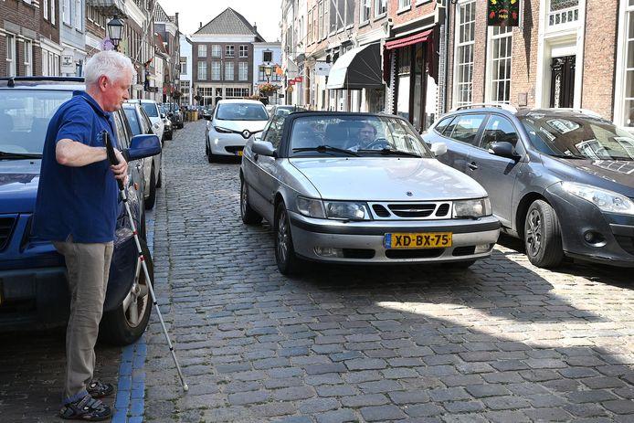 Wim Pierik is blind en vindt het lastig om veilig aan de overkant van de Rogstraat in Grave te komen.