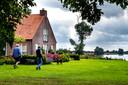 Carel Meerstadt en Fred van der Mije lopen rond de boerderij aan de IJssel bij Zutphen.