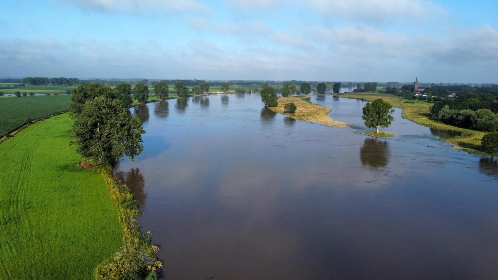 Het water van de Maas staat hoog bij Megen, vlakbij Oss.