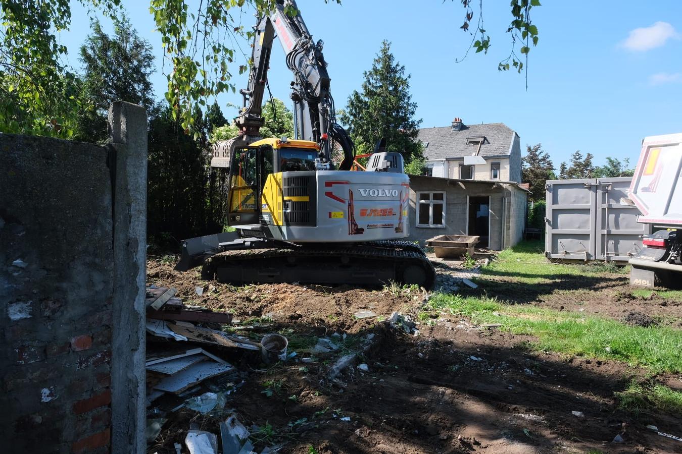 In de Eugène Blaironstraat in Diegem-Lo is een aannemer maandag gestart met de afbraak van 21 woningen.