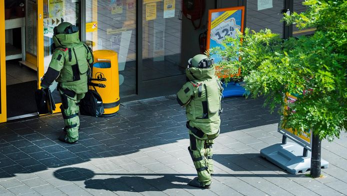 De Explosieven Opruimingsdienst (EOD) bij een filiaal van supermarkt Jumbo, na de vondst van een verdacht pakketje