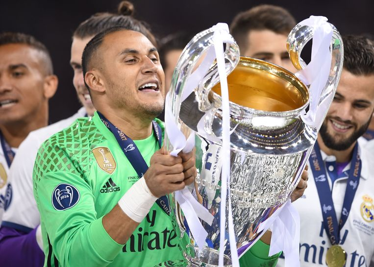Real Madrid's Costa Rican goalkeeper Keylor Navas lifts the trophy after Real Madrid won the UEFA Champions League final football match between Juventus and Real Madrid at The Principality Stadium in Cardiff, south Wales, on June 3, 2017. / AFP PHOTO / Filippo MONTEFORTE Beeld null
