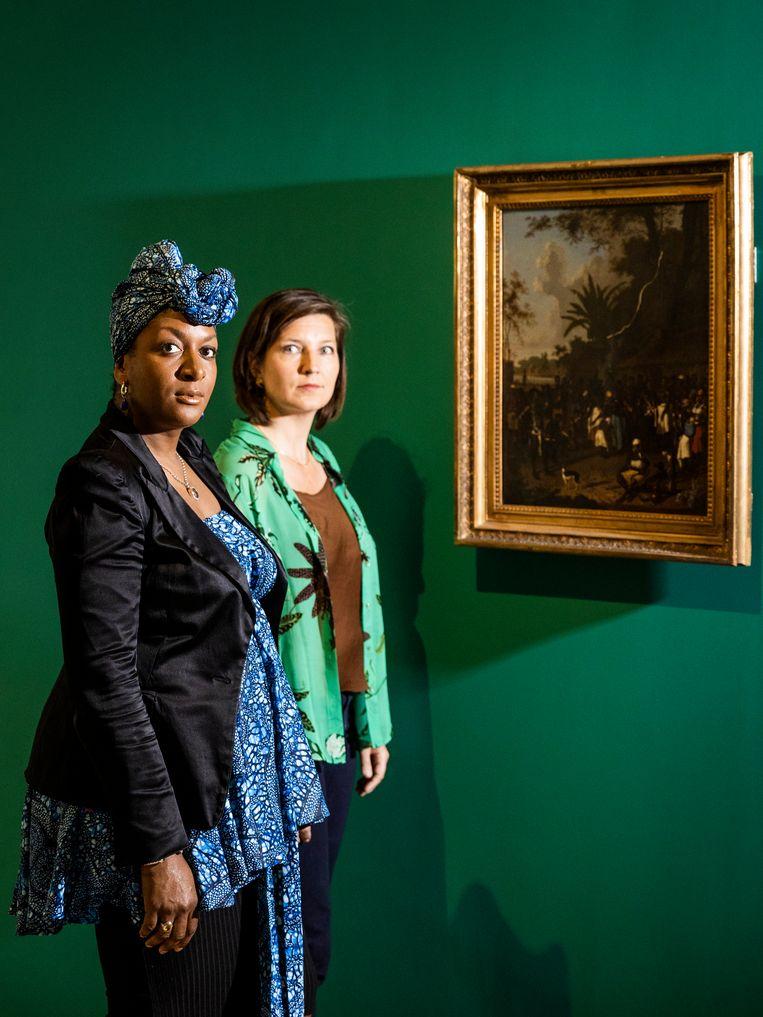 Peggy Bouva en Maartje Duin in de slavernijtentoonstelling in het Rijksmuseum. Beeld Jiri Büller