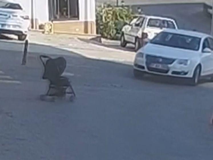 Un bébé dans une poussette hors de contrôle fait une chute de trois mètres