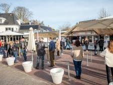 Even weg van de corona-zorgen en lekker ijs verkopen; Ommer horecaman Ekkelenkamp geniet