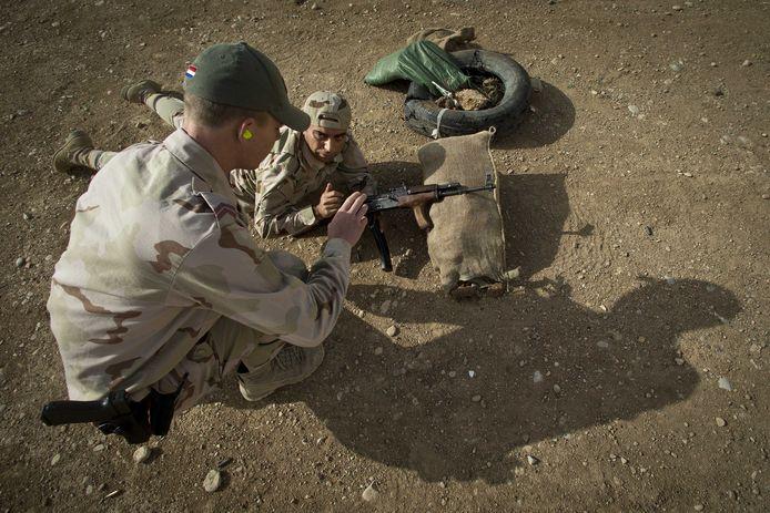 Nederlandse trainers aan het werk met Koerdische Peshmerga-strijders.
