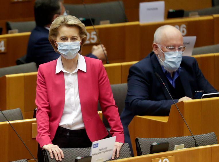 Voorzitter van de Europese Commissie Ursula von der Leyen op 27 mei van dit jaar in het Europees Parlement. Op de achtergrond haar eerste vicevoorzitter Frans Timmermans.  Beeld EPA