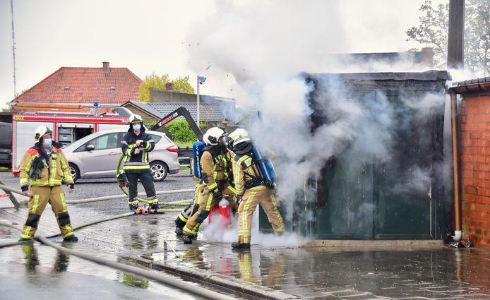 De brandweer moest het vuur in de hoogspanningscabine in de Padderijstraat in Koolskamp te lijf gaan met CO2.