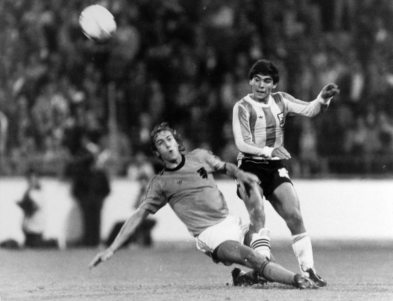 Diego Maradona passeert de bal het Nederlandse strafschopgebied in, ondanks een uitdaging van de Nederlander Johan Neeskens. Beeld Bob Thomas / Getty