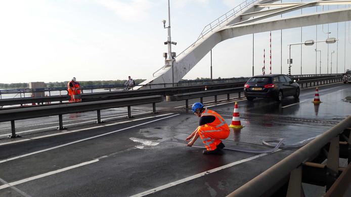 Rijkswaterstaat koelt de Merwedebrug vanwege de hitte. Daarom is in beide richtingen één rijstrook afgesloten.