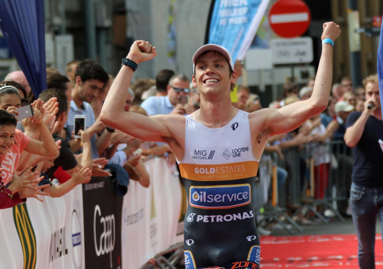 Louis Naeyaert bij zijn winst in de triatlon van Kortrijk in 2019. De triatleet verlaat nu het LTTD-team om solo voort te gaan.