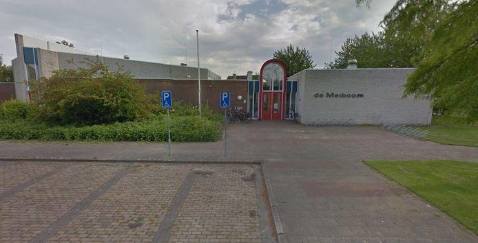Archieffoto van Dorpshuis de Meiboom in Krabbendijke. De entree is inmiddels al opnieuw geschilderd.