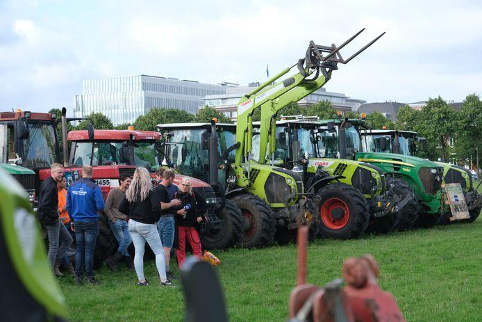 De eerste boeren parkeerden hun trekker op het grasveld, wat eerder werd verboden.